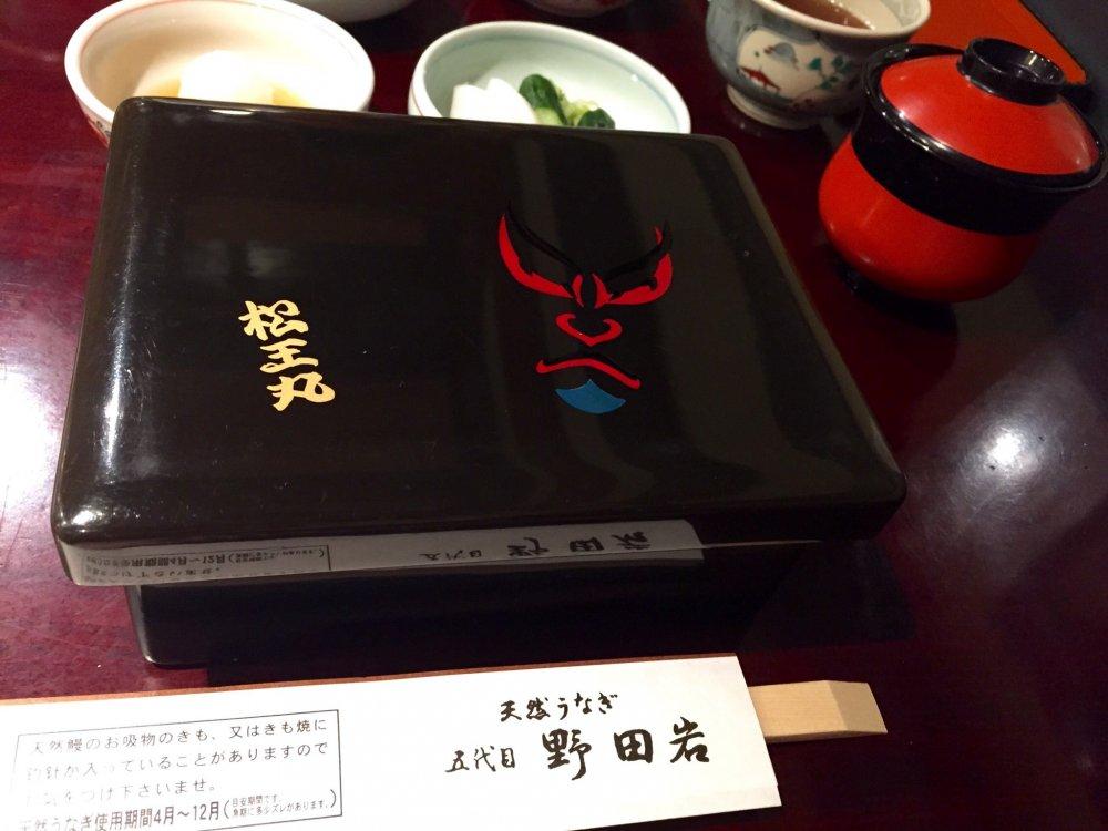 Лакированная крышка с изображением маски кабуки