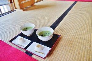 Le matcha japonais servi avec un savoureux mochi