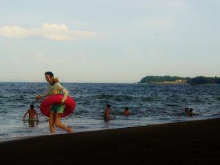 Une jeune femme et sa bouée