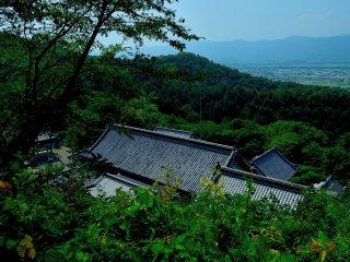 Para lá da montanha, ao longe, localiza-se o templo