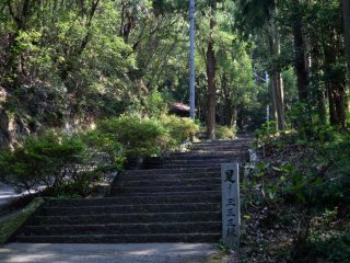 O templo fica no topo da escadaria de pedra de 333 degraus