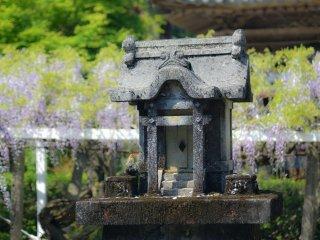 Um pequeno santuário no recinto