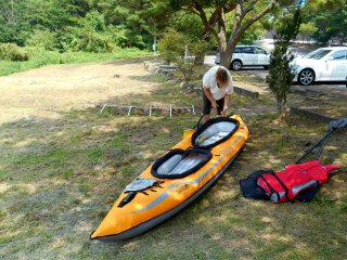 Setting up an inflatable kayak