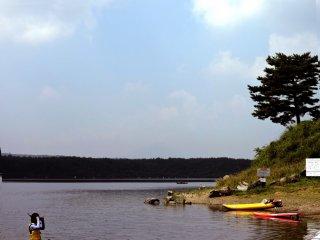 Perahu kayak menunggu di tepi