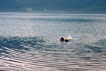 <p>Дети учаться сноркелингу на мелководье</p>