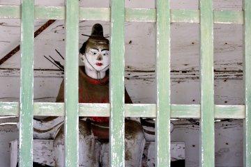 Самурай-лучник охраняет ворота
