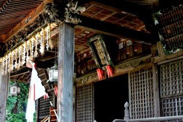 Резьба и священные веревки украшают один из залов