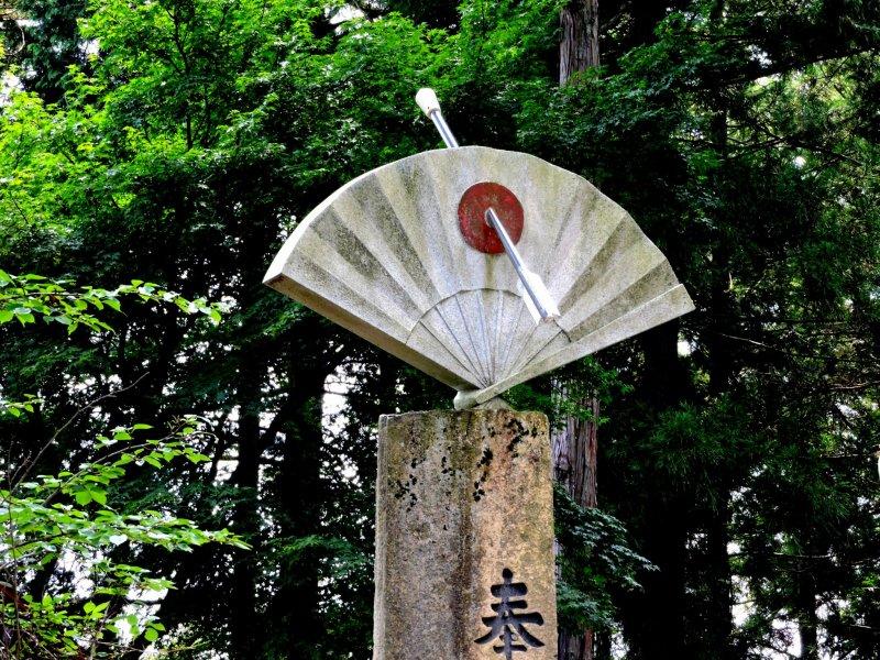 Стрела в мишени напоминает посетителям о важности ябусамэ в этом храме