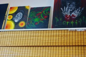 Quelques tableaux décorent l'appartement