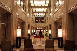 El vestíbulo del hotel es amplio y lindo