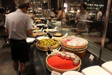 La sección japonesa del desayuno buffet