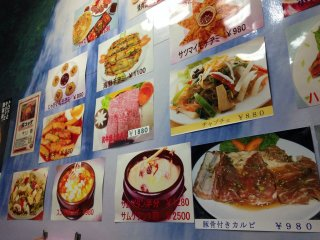 คุณจะได้เพลิดเพลินกับหลากหลายอาหารเกาหลีโฮมเมดอย่างแน่นอน ดูเมนูบนผนังสิ!
