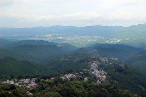 Kinpusenji's Zao-do Hall and the town of Yoshinoyama from the Hanayagura Observation Point