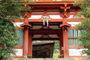 The main gate of Mikumari Shrine