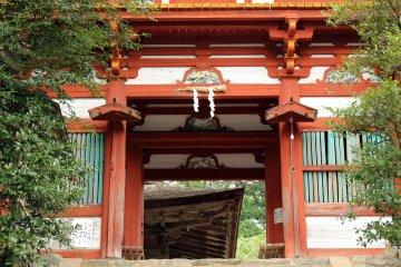 <p>The main gate of Mikumari Shrine</p>