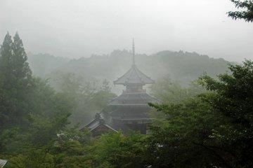 <p>Early morning fog on Kinpusenji&#39;s hexagonal pagoda hall &nbsp;</p>