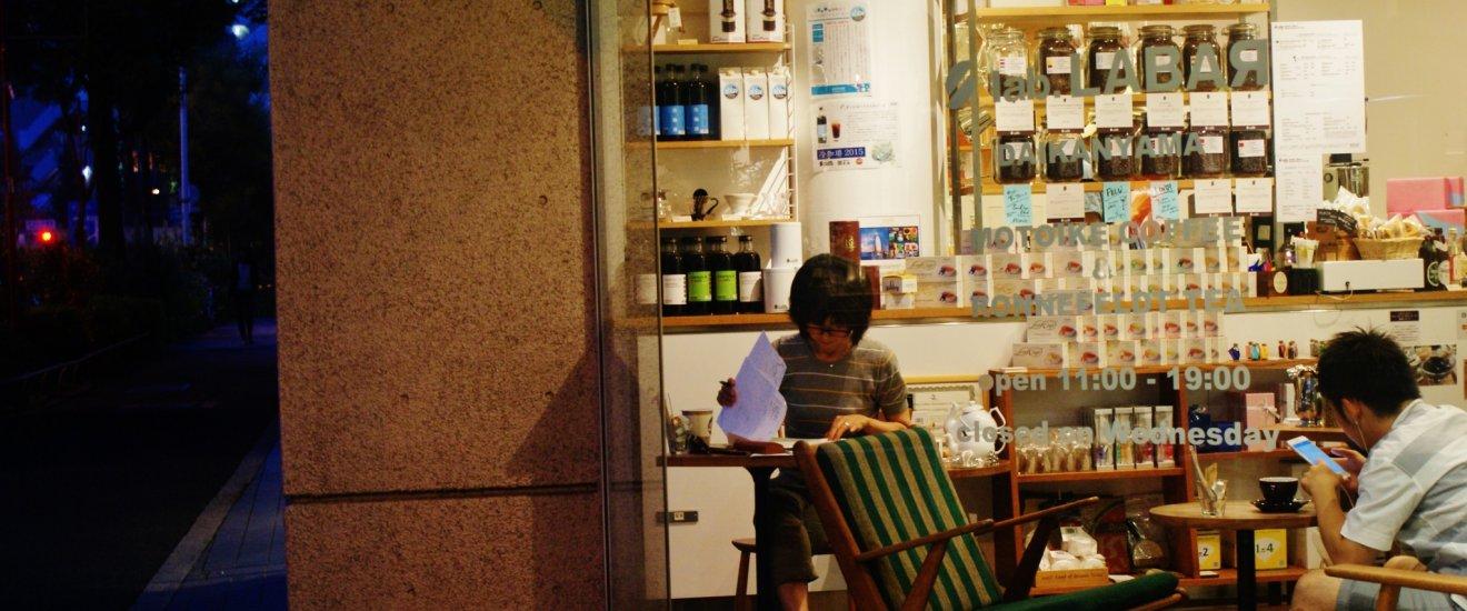 La devanture du café où travaillent deux personnes