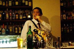 La star du bar, c'est le charismatique serveur !