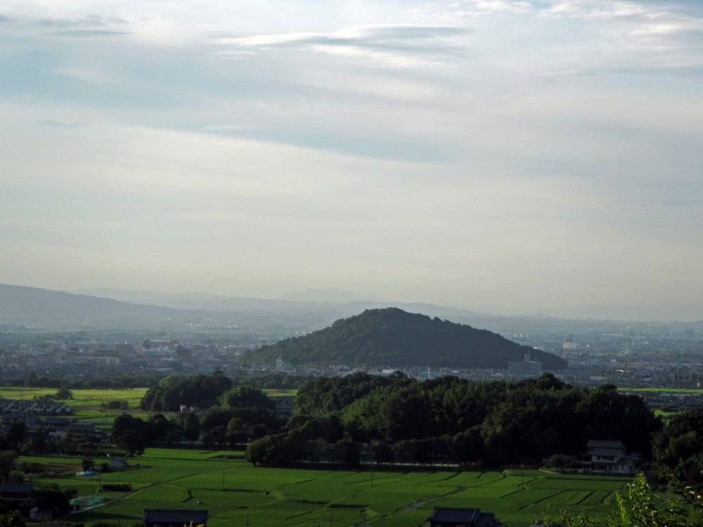Miminashiyama, one of the Yamato 3 Mountains, from the summit of Amekashino-oka Hill