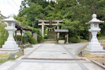 <p>The gate to Asuka Niimasu Shrine</p>
