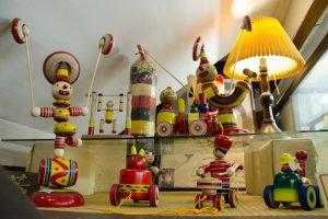 Boneka pemusik dari kayu