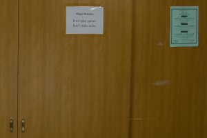 Pintu yang membatasi ruang jamaah muslimah agar dapat leluasa beribadah
