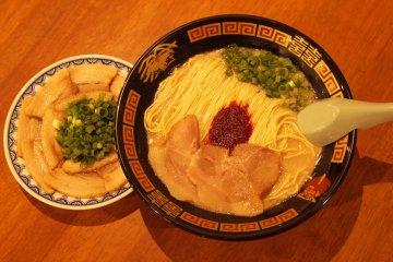 <p>Ichiran&#39;s tonkotsu ramen with it&#39;s yatai-only &quot;yaki-buta sara&quot; (grilled pork dish).</p>