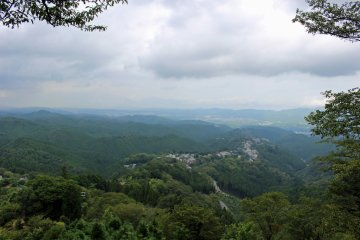 <p>The town of Yoshinoyama and the surrounding mountains from the Hanayagura Observation Point &nbsp;</p>