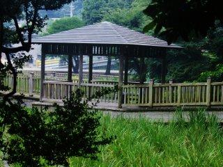 Le parc est plein de cabanes et de maisons traditionnelles
