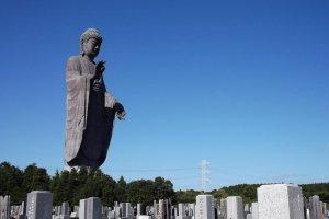 O Daibutsu ergue-se acima do cemitério nas proximidades