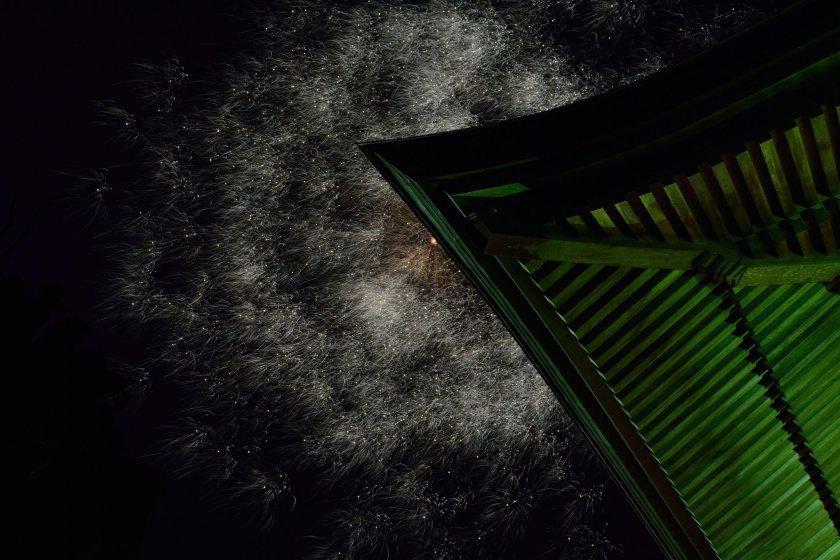 Les feux d\'artifice éclatent dans le ciel au dessus du toit du Daishido, qui abrite la statue de Kobo Daishi