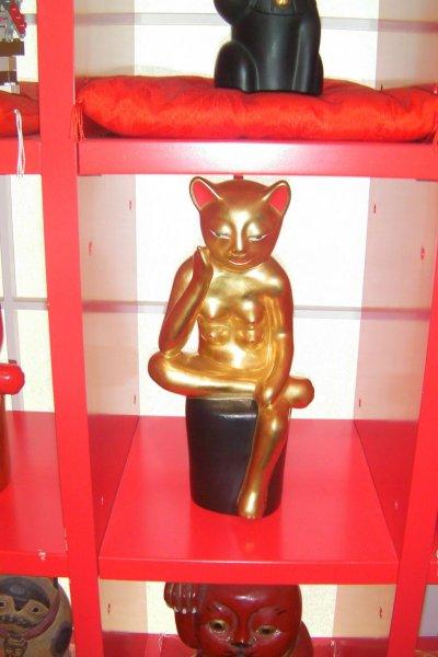 Meditating manekineko