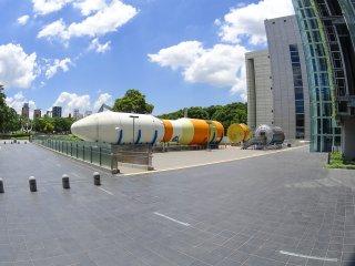 博物館外的太空船展示了各個船身部分