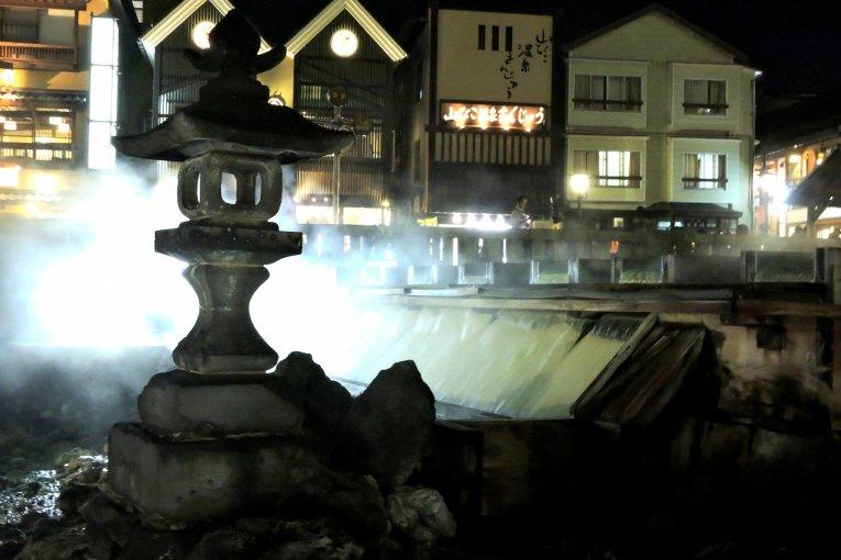 Thị trấn suối khoáng Kusatsu về đêm