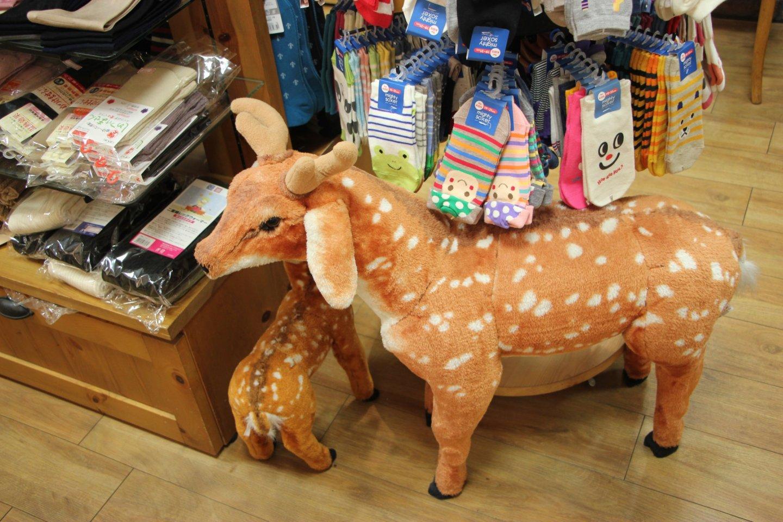 Игрушка оленя в магазине носков и обуви таби-дзи