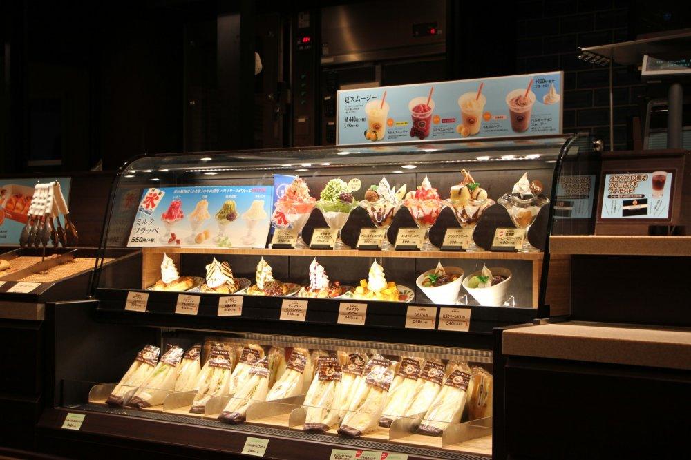 Образцы вкусных десертов на витрине
