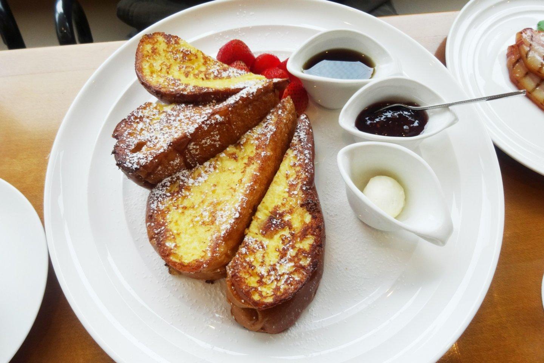 French toast bergaya New York dihidangkan dengan berbagai selai