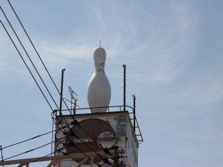 Огромная кегля на крыше боулинг-центра