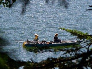 นักตกปลากำลังเพลิดเพลินกับบรรยากาศอันเงียบสงบ