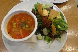 Sepiring sup dan salad di Eat More Greens