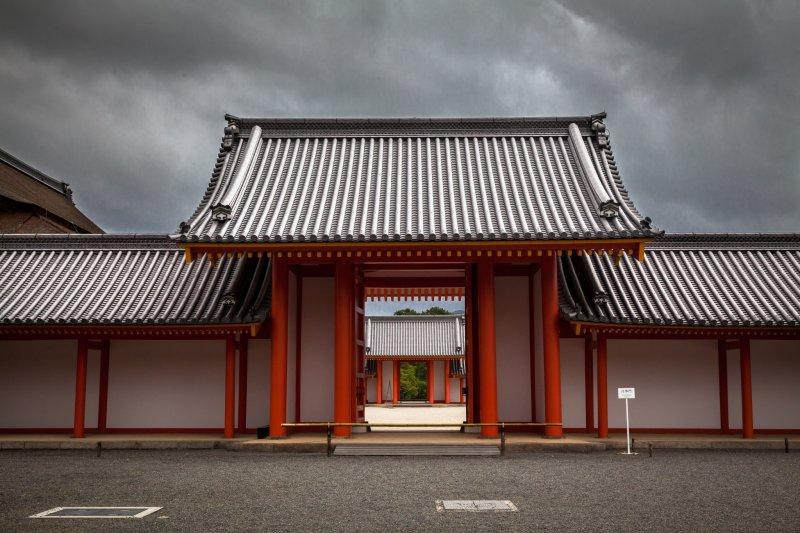 <p>Ярко-красные ворота и штормовое небо</p>