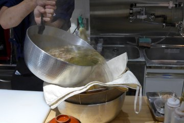 <p>A cloth bag is used to strain the dashi stock.&nbsp;</p>