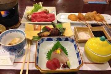 <p>El restaurante del Hotel Wellnes Yamatoji sirve algunos de los platillos tradicionales de la cocina de Nara.</p>