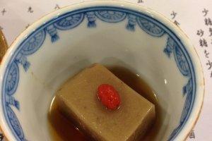 Tekstur tofu ini berbeda, karena dibuat dari wijen.
