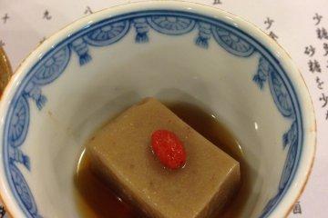<p>La textura de este tofu es diferente, pues est&aacute; elaborado con s&eacute;samo.</p>