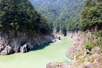 <p>The trilateral Prefectural border is actually in the middle of the river just in front of the mouth of the small tributary. The clifftop from which the photo was taken is in Nara, the cliff on the left are in Mie Prefecture and the cliffs on the right are in Wakayama</p>
