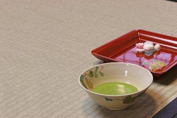 <p>Негустой чай с сушеными сладостями</p>