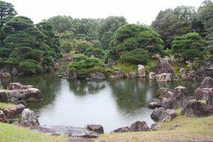 Пруд с большим количеством гармонично подобранных камней