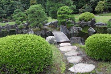 <p>Дорожка из камней через пруд</p>