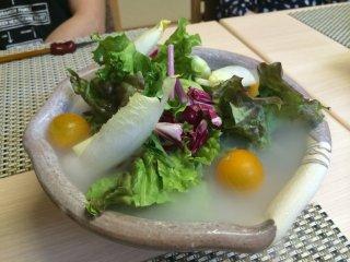 Salad ướp lạnh với nước đá khô, một cách sắp xếp đầy phong cách ...